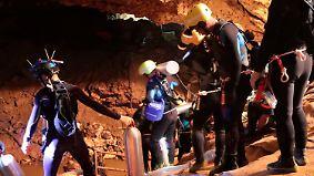 Wettlauf gegen den Monsun: Taucher befreien erste Jungen aus Höhle