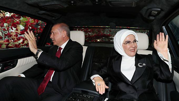Der wiedergewählte türkische Präsident Erdogan lässt sich mit seiner Frau Emine feiern.
