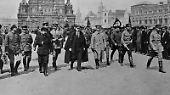 """Der Revolutionär und Vorsitzende der Bolschewiki, Lenin, entscheidet sich für letzteres. Schließlich wollte er, wie sein Mitstreiter Leo Trotzki schrieb, er """"den Weißen kein lebendes Symbol hinterlassen, um das sie sich sammeln könnten""""."""