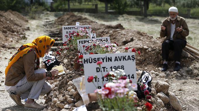 Gräber erinnern an die 300 getöteten Bergleute in Soma.
