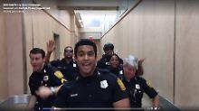 """Herausforderung angenommen: Polizisten gehen auf """"Uptown Funk"""" ab"""