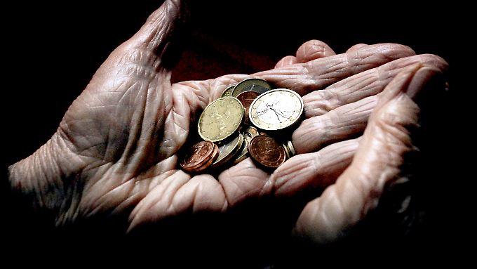 Ein großer Teil der Rentner enthält schon heute Bezüge unterhalb der Armutsgefährdungsschwelle.