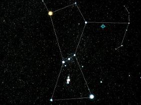 Lage des identifizierten Blazars am Nachthimmel: Die aktive Galaxie TXS 0506+056 liegt neben dem rechten Schulterstern des Sternbild Orion.