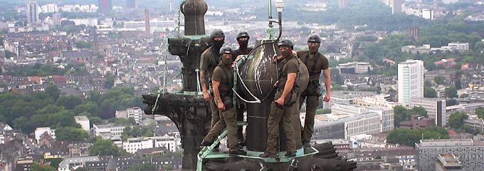 Kaum zu glauben, aber wahr: SEK-Polizisten klettern auf Kölner Dom