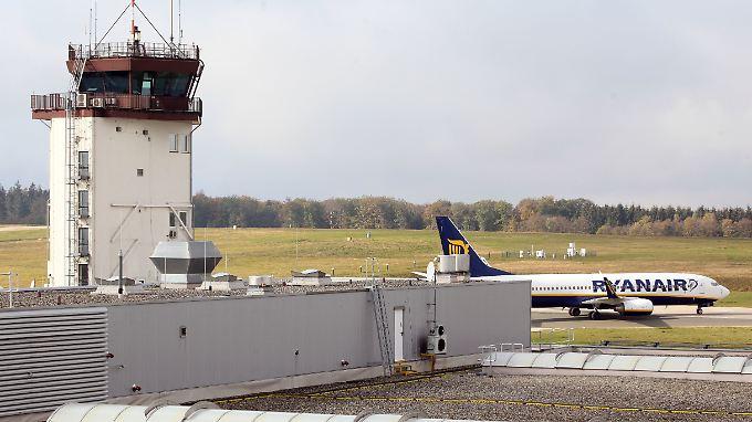 Außerplanmäßige Zwischenlandung in Frankfurt-Hahn (Archivbild): Rund 30 Passagiere einer Ryanair-Maschine müssen sich in ärztliche Behandlung begeben.
