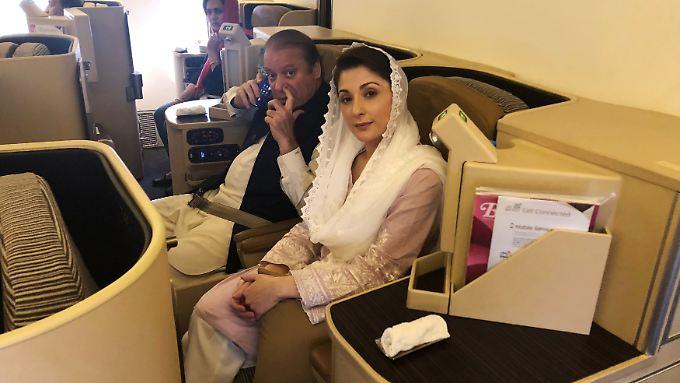 Nawaz Sharif und seine Tochter Maryam im Flugzeug kurz vor der Festnahme.