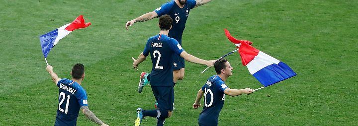 Bewaffnet mit der Tricolore lassen die Spieler sich ...