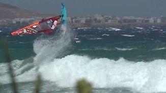 Beim Preisgeld gleichberechtigt: Windsurferinnen zeigen vor Gran Canaria ihre Tricks