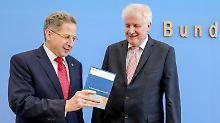 Horst Seehofer steht neben Hans-Georg Maaßen bei der Vorstellung des Verfassungsschutzberichtes 2017.