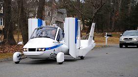 Für die Fahrt auf der Straße kann das Kleinflugzeug die Tragflächen einklappen.