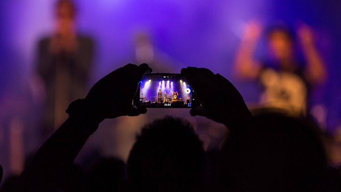 Beim Konzert kann man auch mal andere Besucher filmen, den Weg zum Veranstaltungsort oder die Schlange am Eingang.