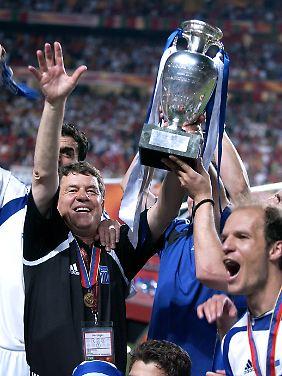 Lissabon, 4. Juli 2004: Griechenlands Fußballer sind Europameister - mit und dank Trainer Rehhagel.