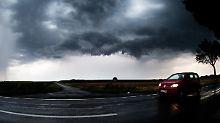 Die Sommerhitze entlädt sich in heftigen Unwettern: Bei Algermissen in Niedersachsen zog die Unwetterfront am frühen Abend am Himmel auf.