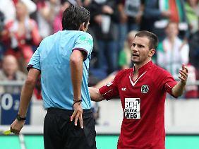 """""""Ich musste das als Exekutive durchziehen"""": Schiedsrichter Deniz Aytekin und Hannovers Szabolcs Huszti."""