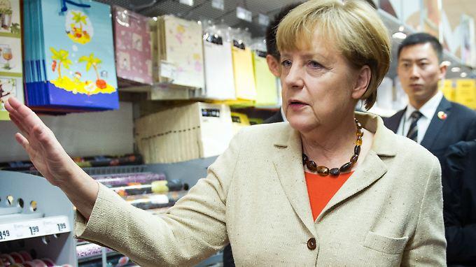 Auch bei ihrer Einkaufstour mit dem chinesischen Ministerpräsidenten 2014 trug Merkel ihren Einkaufskorb selbst.