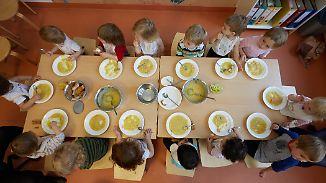 Zu süß, zu fettig, zu fleischlastig: Foodwatch fordert Standards bei Kita- und Schulessen