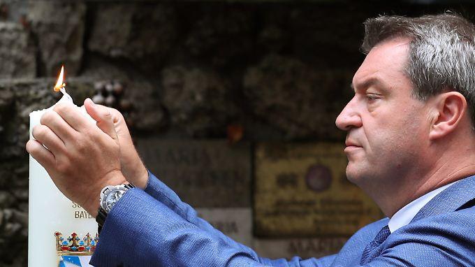 Wahlkampf in Bayern: Markus Söder entzündet an der Mariengrotte nahe der Wallfahrtskirche Maria-Vesperbild eine von ihm gestiftete Kerze.