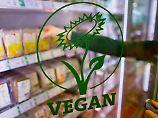 Mittlerweile auch in vielen Supermärkten in Deutschland zu finden: Vegane Lebensmittel, unter ihnen auch Fleisch-Imitate.