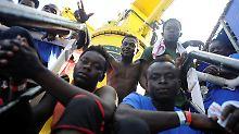"""141 Flüchtlinge sind derzeit an Bord der """"Aquarius""""."""