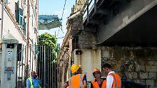 Italiens klaffende Wunde: Experten von Polizei und Bauaufsicht begutachten in Genua einsturzgefährdete Bauten im Umfeld der zusammengebrochenen Autobahnbrücke.