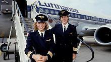 Nicola Lisy (l) und Evi Hetzmannseder, die ersten von Lufthansa ausgebildeten Pilotinnen. Sie absolvierten im August 1988 ihre ersten Linienflüge.