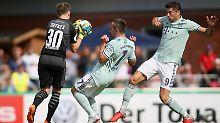 Der Keeper aus Drochtersen hält fast jeden Ball der Bayern fest.