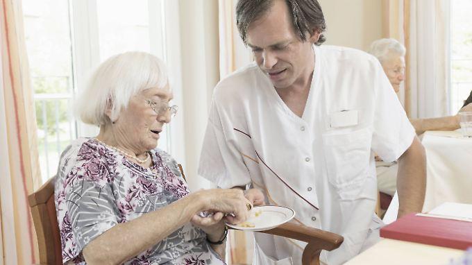 Pflegeberufe gelten als anstrengend, aber schlecht bezahlt.