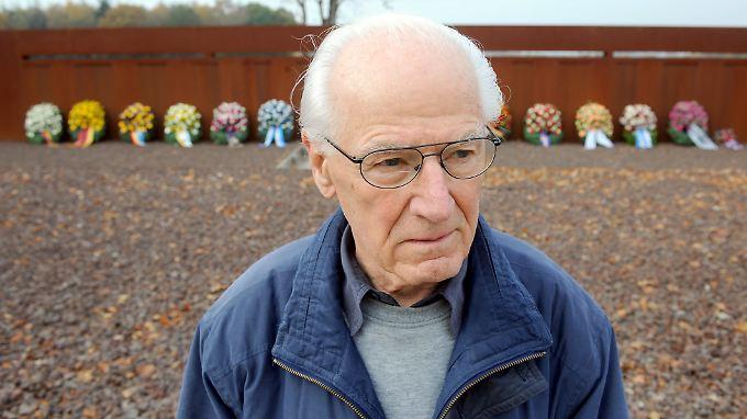Auch die Behandlung des verstorbenen Friedensaktivisten Ludwig Baumann stößt auf Kritik.