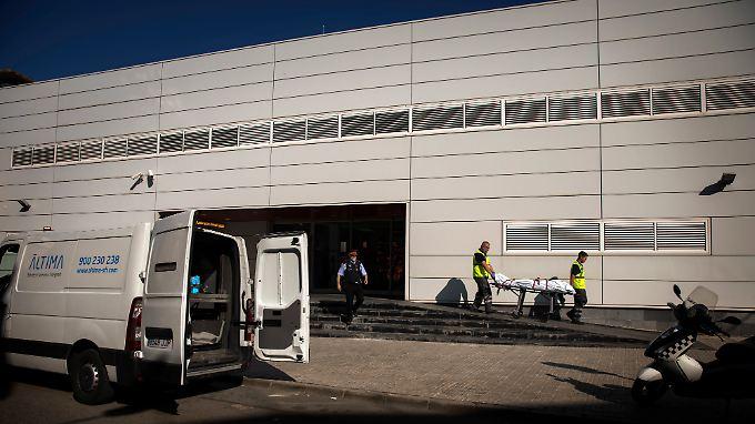 Blutiger Vorfall bei Barcelona: Gerichtsmediziner transportieren den Leichnam des Angreifer ab.