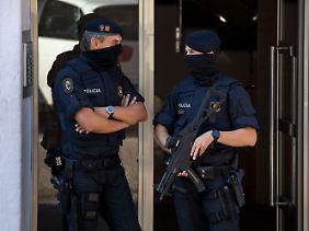 Höchste Sicherheitsstufe: Schwer bewaffnete Einsatzkräfte der katalanischen Polizei sichern den Tatort bei Barcelona ab.