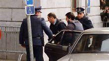 Dutroux wird während des Prozesses im Jahr 2000 in das Gerichtsgebäude gebracht.