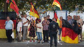 """Barley: """"Besorgniserregende Vorgänge"""": Gegen Kamerateam pöbelnder Pegida-Demonstrant ist LKA-Mann"""