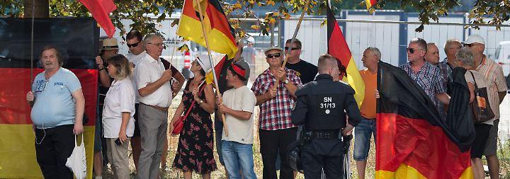 "Barley: ""Besorgniserregende Tatsache"": Gegen Kamerateam pöbelnder Pegida-Demonstrant ist LKA-Mann"