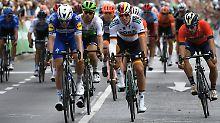 Der Kolumbianer Alvaro Jose Hodeg (l.) rast bei der 1. Etappe der Deutschland Tour vor Pascal Ackermann (2.v.r.) als Erster ins Ziel.