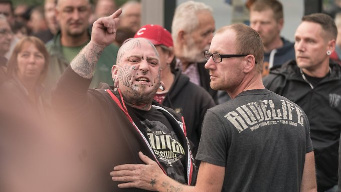 Momentaufnahme aus Chemnitz: Kundgebungen in der Stadt ziehen auch gewaltbereite Anhänger aus der Hooligan-Szene an.