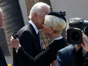 Umarmung mit der Witwe Cindy McCain.