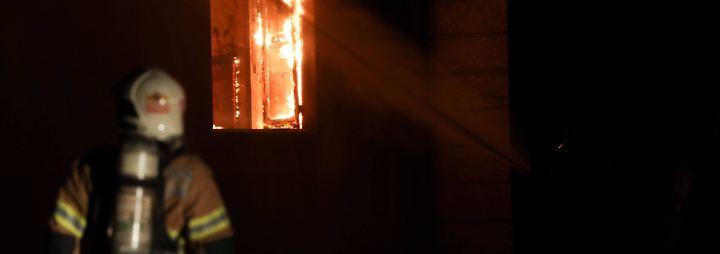 Bis spät in die Nacht kämpft die Feuerwehr gegen die Flammen.