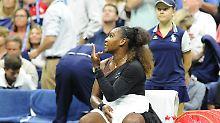 Serena Williams streitet sich während des Finales mit dem Schiedsrichter.