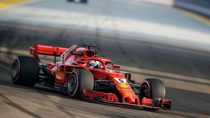 Vettel touchiert auf dem Stadtkurs von Singapur die Leitplanke und muss das Training abbrechen.