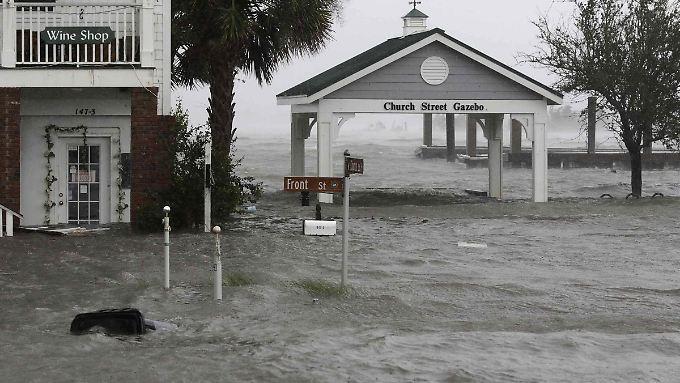 Wassermassen überschwemmen die Front Street in der Innenstadt von Swansboro in North Carolina.