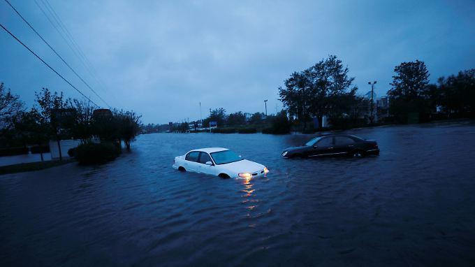 Verlassene Autos in den Fluten an der Ostküste.