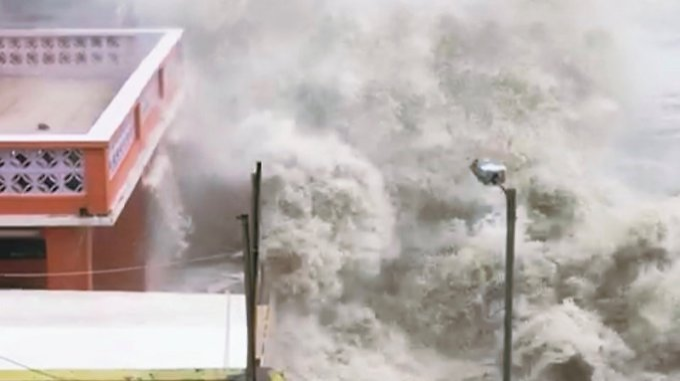 Riesige Wellen in Hongkong.