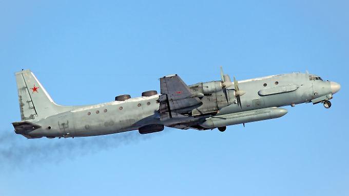 Elektronischer Seefernaufklärer vom Typ Il-20 beim Start: Russland vermisst eine Maschine über dem Mittelmeer (Archivbild).