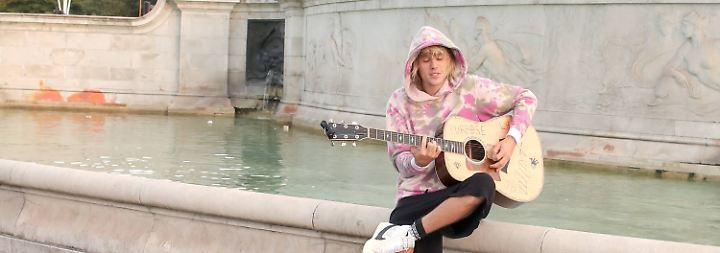Promi-News des Tages: Megastar undercover - wer erkennt diesen Straßenmusiker?