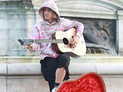 Mitten in London: Justin Bieber packt die Klampfe aus