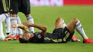 Cristiano Ronaldo ist nach der Roten Karte gegen ihn am Boden zerstört.