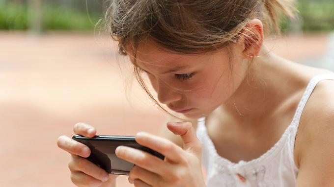 Das häufige Starren auf nahe Bildschirme lässt bei Kindern den Augapfel in die Länge wachsen.