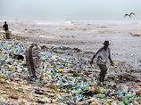In Ländern wie Ghana sind die Strände teilweise voll mit Plastikabfällen, die über das Meer angeschwemmt werden.