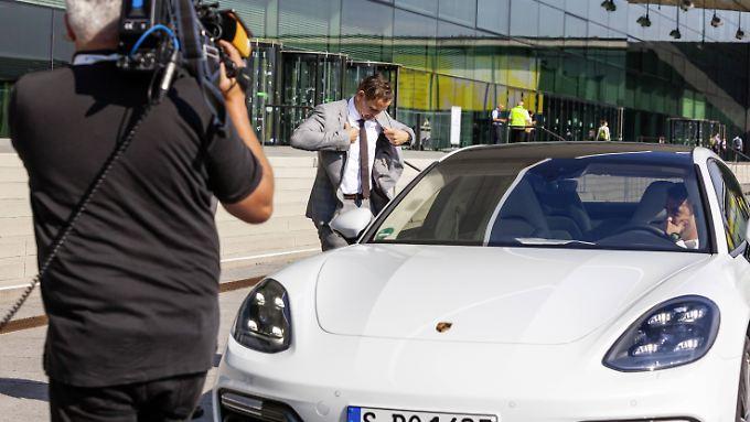 Auto der Zukunft: Porsche-Chef Blume fährt beim Autogipfel in Stuttgart mit einer Hybridversion des Porsche Panamera vor.