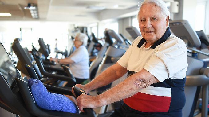 Senior auf einem Fahrrad-Ergometer: Die Studien-Probanden schnitten schon nach zehn Minuten leichter Aktivität besser in Gedächtnisübungen ab.